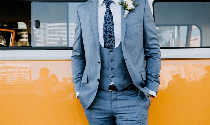 Fato do noivo com colete e gravata