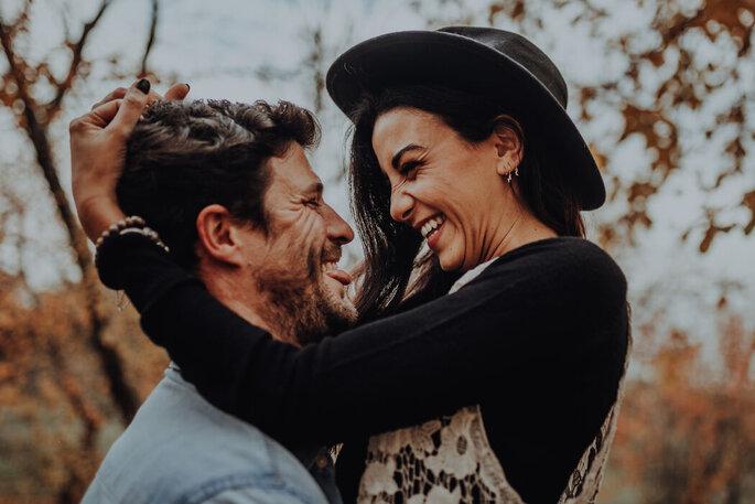 sich umarmendes Brautpaar lachend