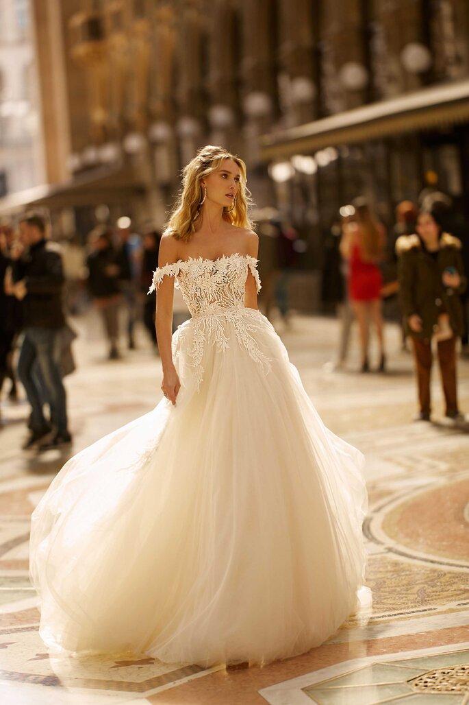 Vestido de novia hombros caídos y falda en tul con volumen