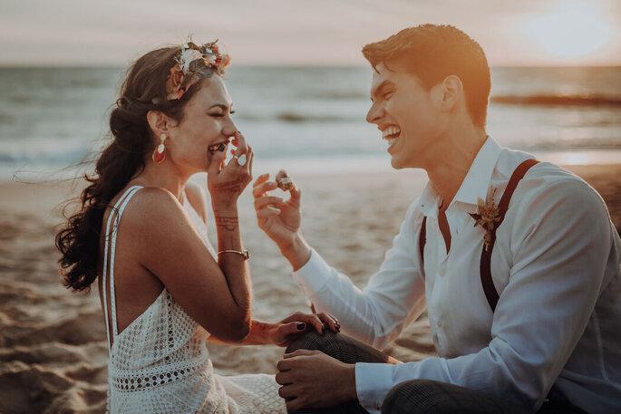 Brautpaar am Strand lachend