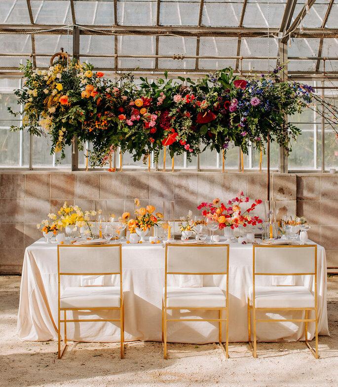 Arreglos de mesa espectaculares y colgantes en colores llenos de vida. Flores amarillas, naranjas y rosas