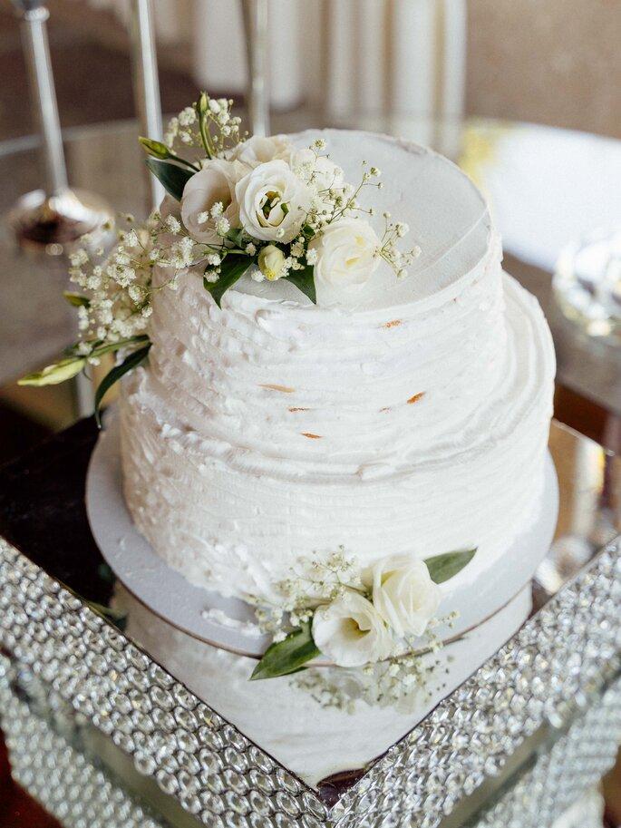 bolo de casamento branco com rosas brancas
