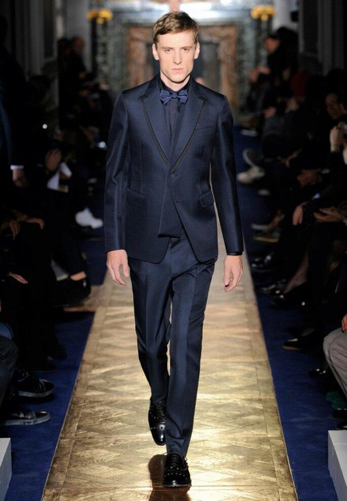 Traje de novio para boda en color oscuro con camisa en el mismo tono y pantalones rectos - Foto Valentino