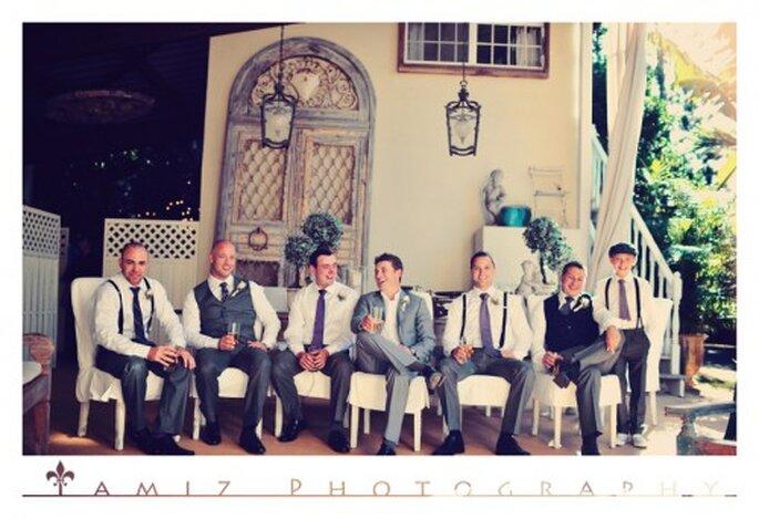 Todos los padrinos lucieron looks diferentes con corbatas color púrpuras - Foto Tamiz Photography