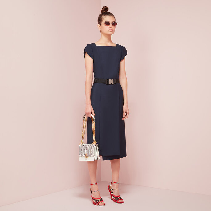 Vestido sencillo en azul con escote barco y falda plisada