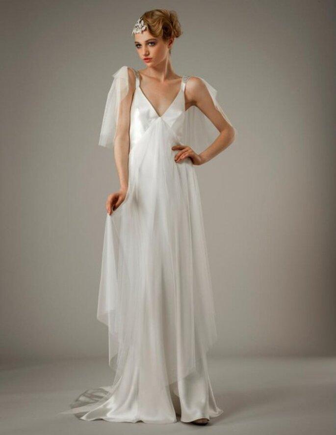 Vestido de novia con silueta holgada y detalles de textil en el tirante - Foto Elizabeth Fillmore