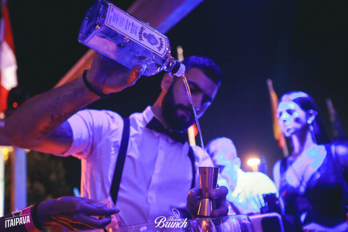 Bartenders da Jigger montam drinques em evento