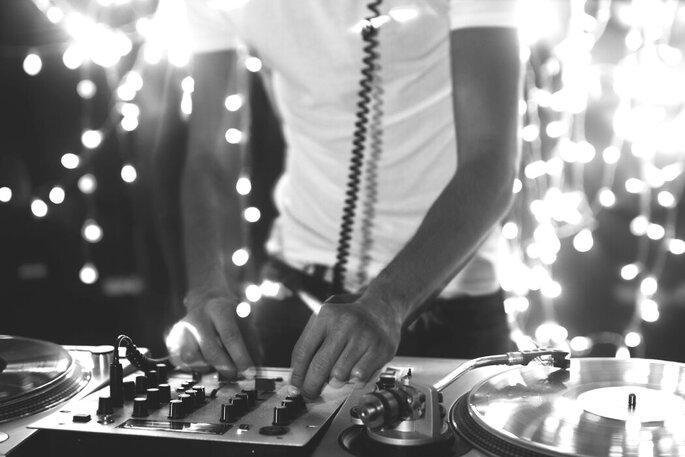 Un DJ mixe