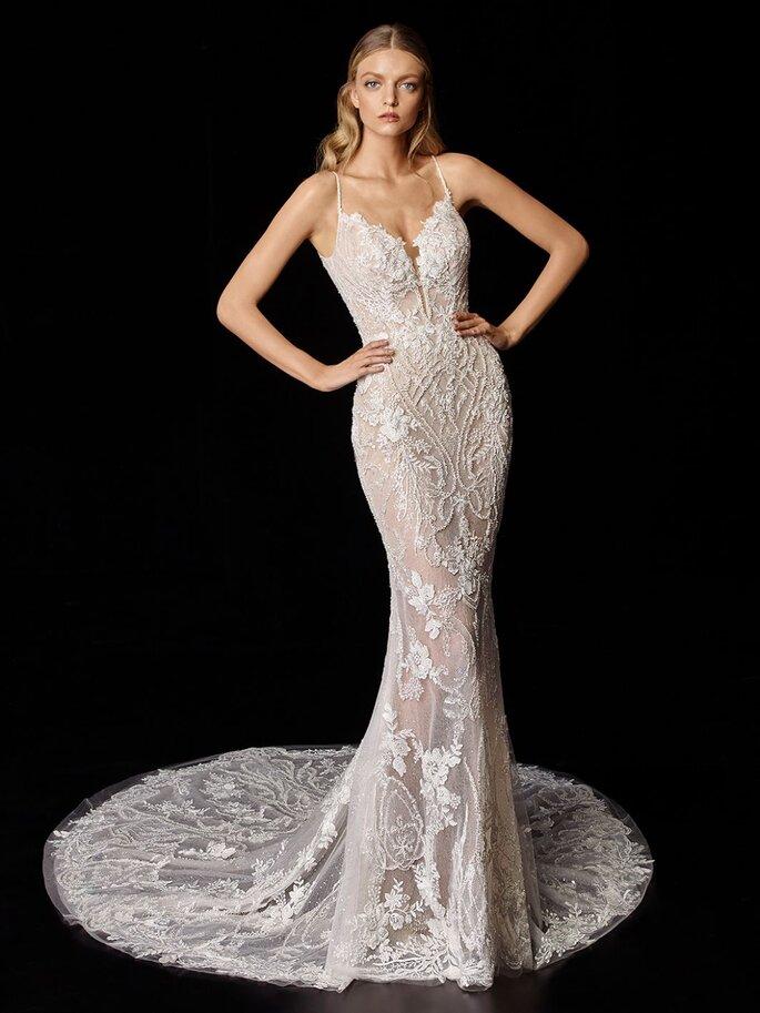 Vestido de novia corte de sirena de encaje y pedrería de tirantes y escote en V