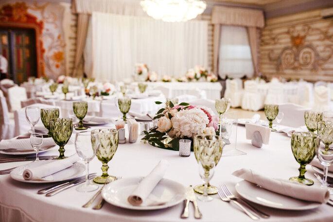 Hochzeitstische mit Dekoration.