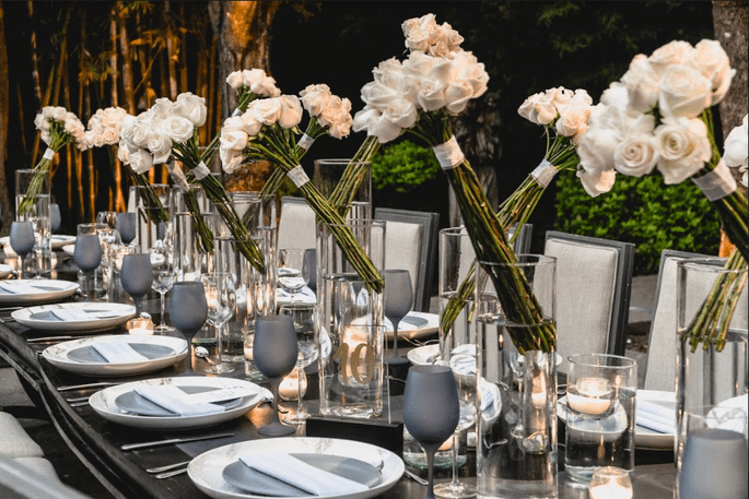 Rosas blancas para decorar mesas con tallos largos y un estilo elegante