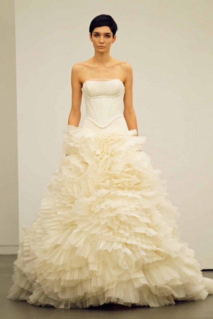 Vestido de novia otoño 2013 con corpiño ceñido a la cadera y falda con volumen chantilly - Foto Vera Wang