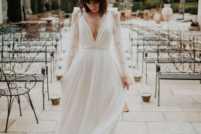 Vestido de noiva contemporâneo com decote profundo