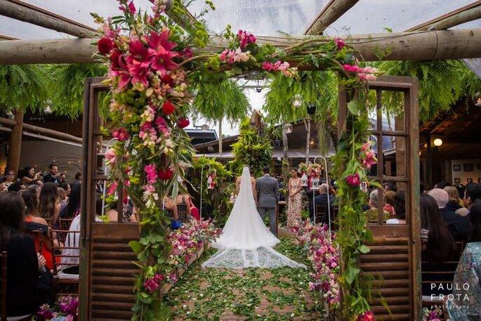 Favoritos Entrada da cerimônia de casamento ao ar livre com portas: um toque  UK04