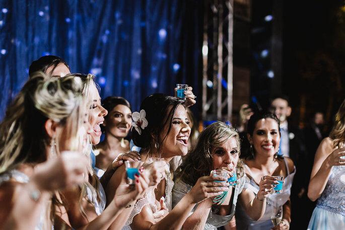Noiva brinda com convidadas e madrinhas