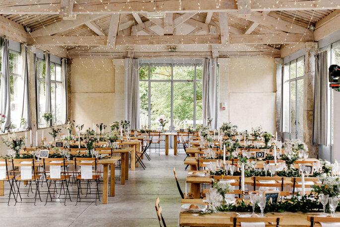 Salle de réception de mariage lumineuse, à la décoration champêtre-chic