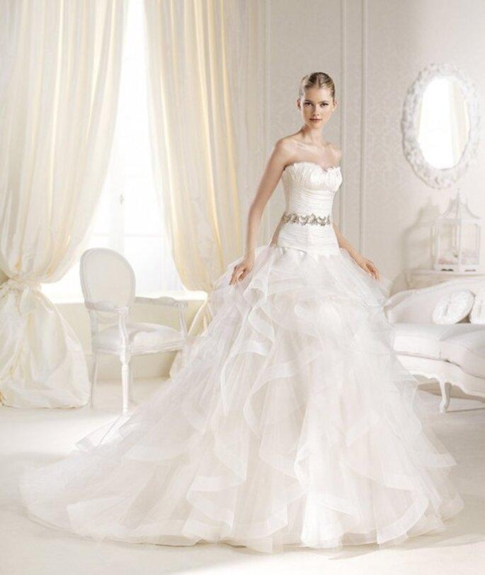 Vestido de novia 2014 con silueta de cintura baja, lazo con pedrería, falda amplia y cauda larga - Foto La Sposa
