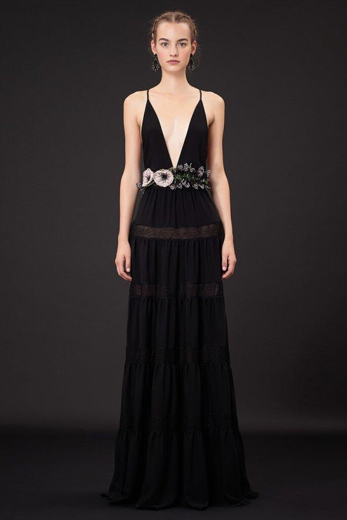 Vestido de fiesta 2015 en color negro con escote pronunciado y fajín hecho con flores - Foto Valentino