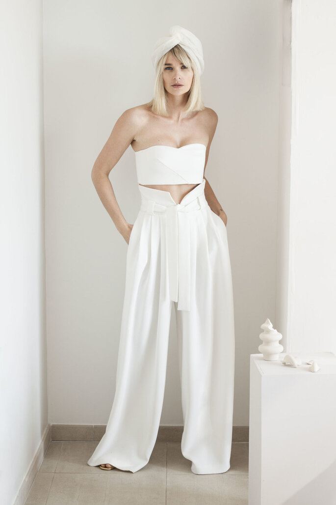 Une tenue de mariée originale avec un pantalon cintré oversize blanc et un crop top