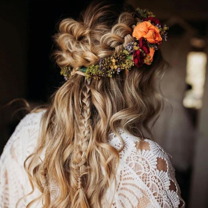 Boho-Brautfrisur mit Blumen