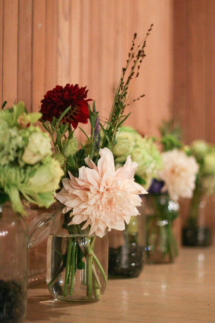 Centros de mesa con flores en color marsala - Julie Mikos