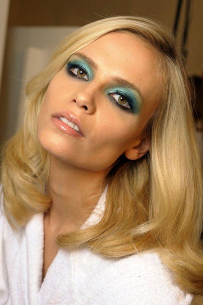 Maquillaje color turquesa en los ojos de  una modelo. Foto. Fashion week Paris s/s 2012