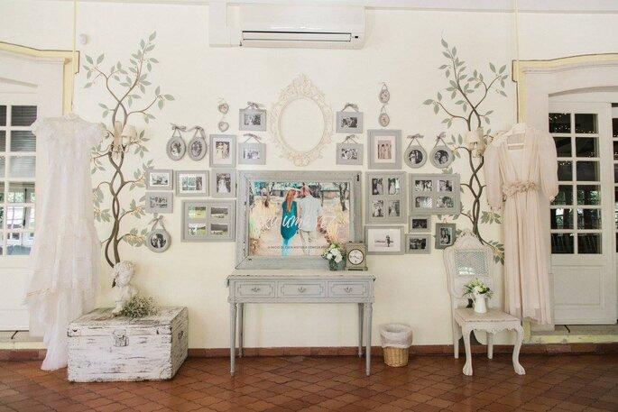 decoração rústica casamento em tons branco e cinzento molduras fotografias