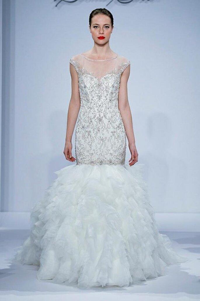 Vestido de novia corte sirena con bordados intrincados y mangas cortas - Foto Dennis Basso