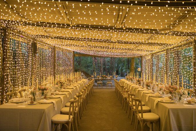 banquete decorado con luces