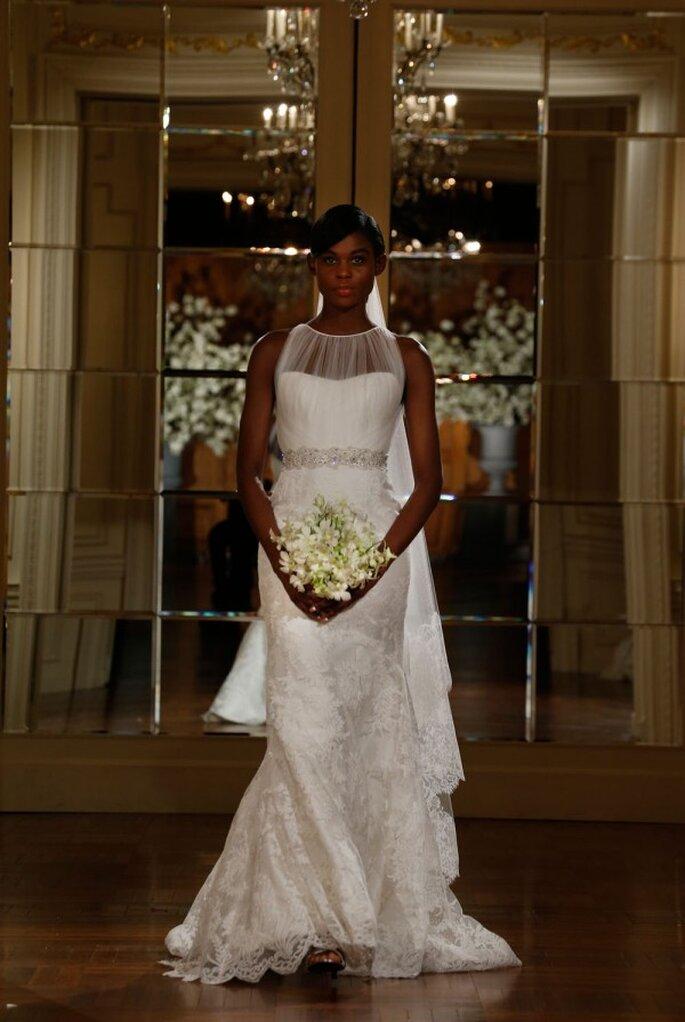 Vestido de novia sin mangas, con cuello ilusión y una silueta columna engalanada con encaje - Foto Romona Keveza