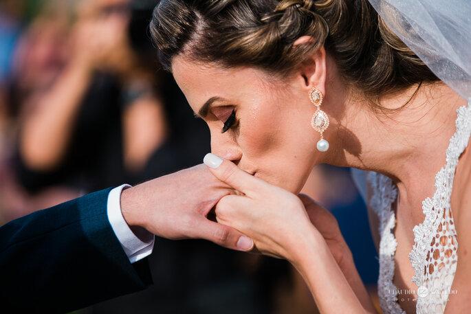 Noiva beija aliança do noivo