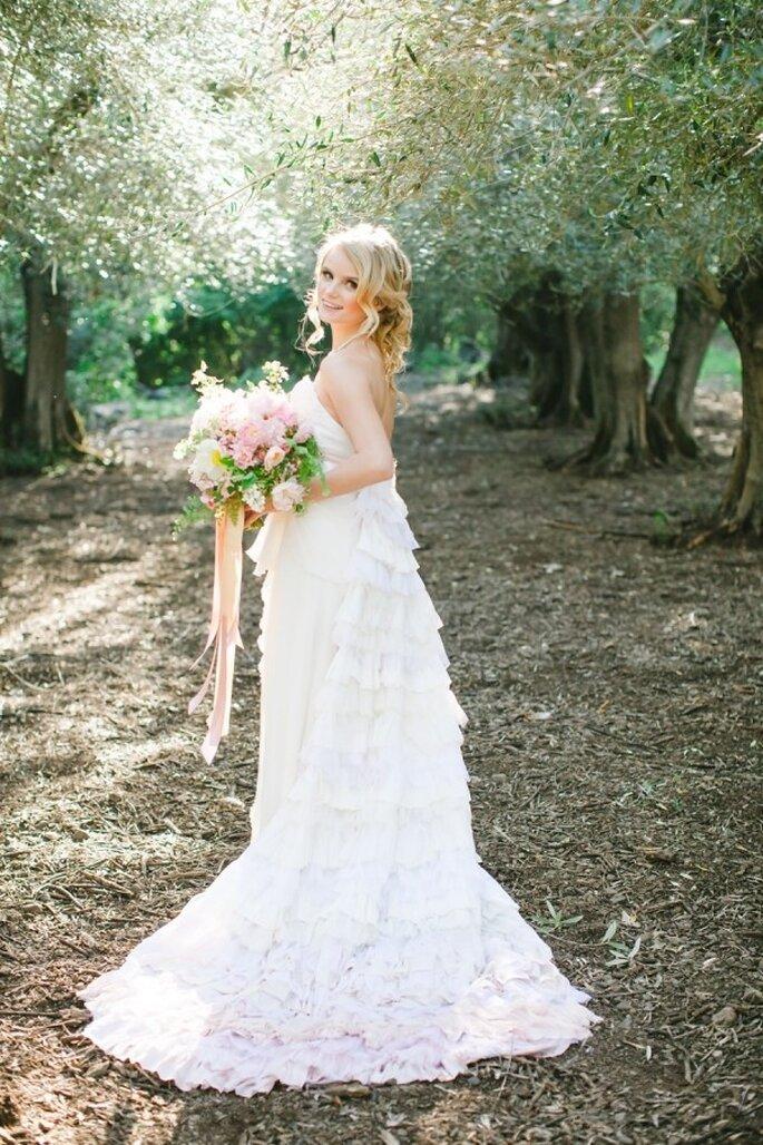 Traumhaftes Brautkleid in rosa mit passendem Brautstrauß - Foto Avec L'Amour Photography