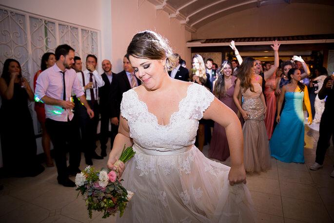 noiva se divertindo em casamento