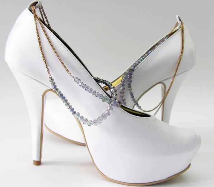Zapatos para novia hechos a mano, elaborados en satín con detalle de cristales y cadena dorada. Diseño de Adriana Capasso. Foto: http://adriana-capasso.tumblr.com