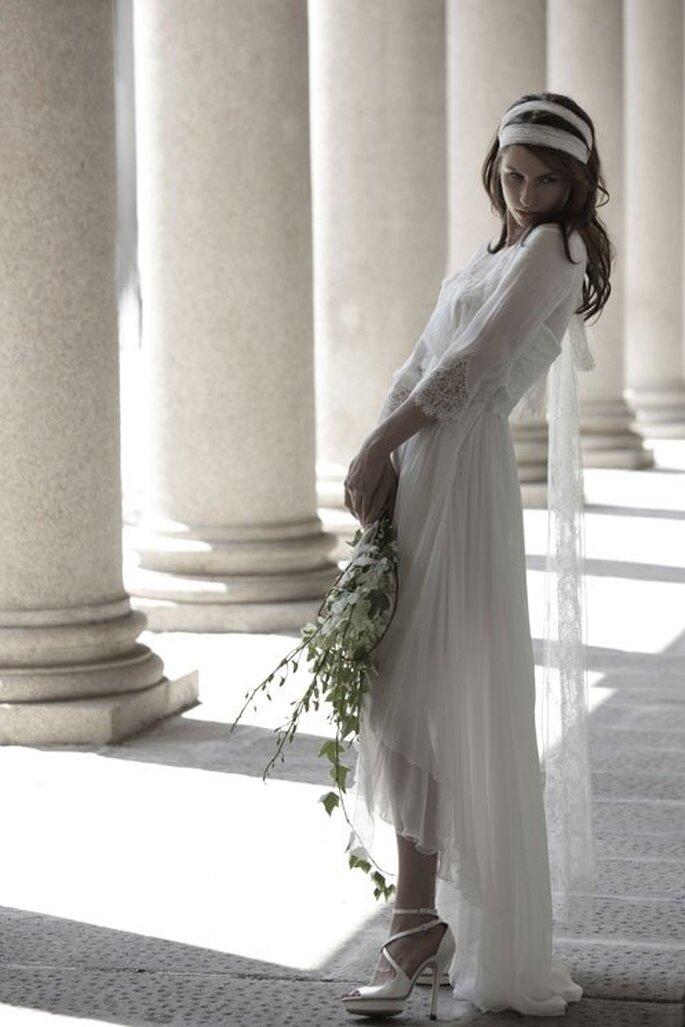 Vestido de novia en color blanco con mangas tres cuartos y falda de largo irregular. Foto: Alberta Ferretti
