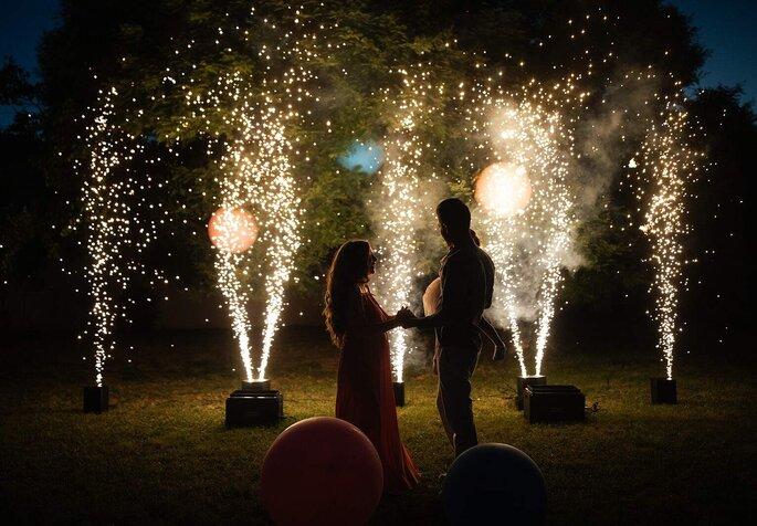 Animation de mariage : spectacle pyrotechnique en fond, mariés heureux