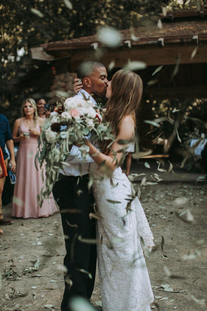 folhas atirar aos noivos