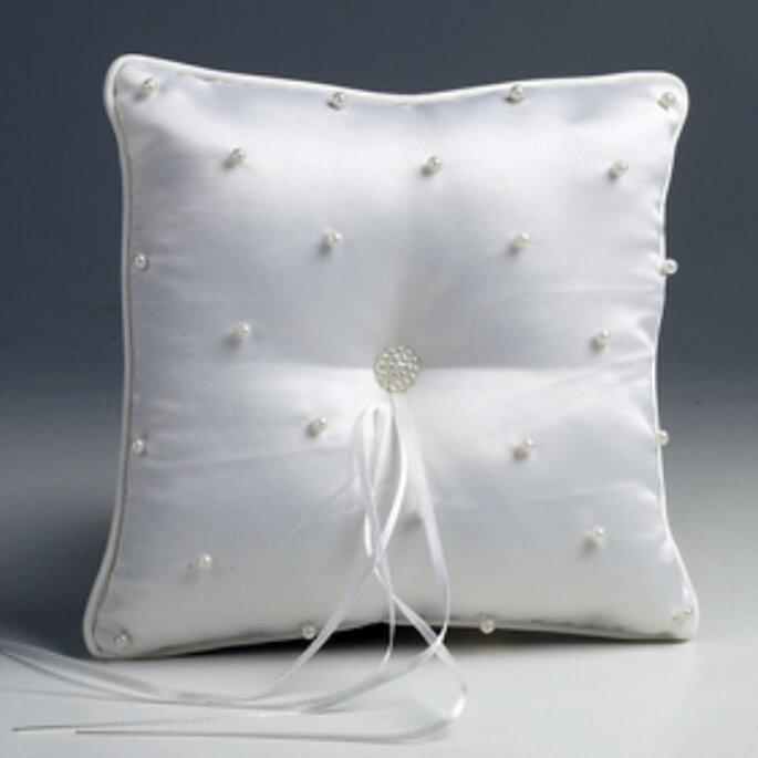 Sencillo cojín blanco con discretas perlas