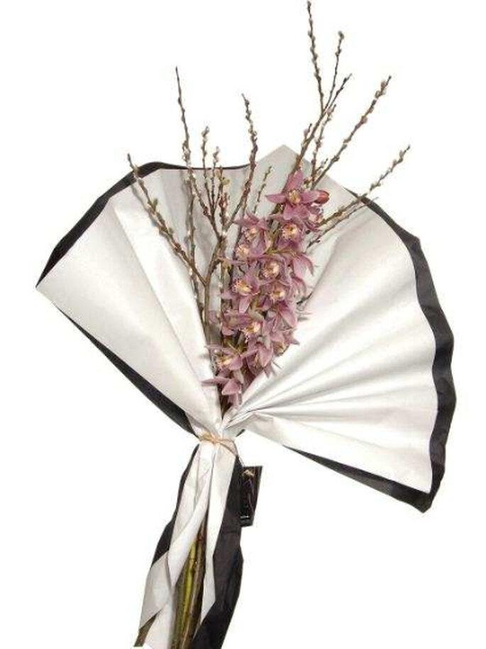 Introduce una variante oriental: ramo japonés formado con pocos elementos (flores y ramas) desprovistos de brotes y hojas superfluas.