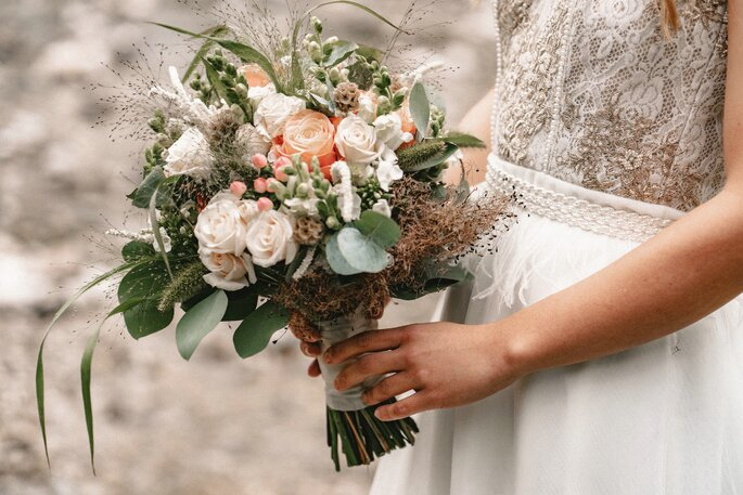 Der Brautstrauß der Braut in Apricot, Grün und Weiß