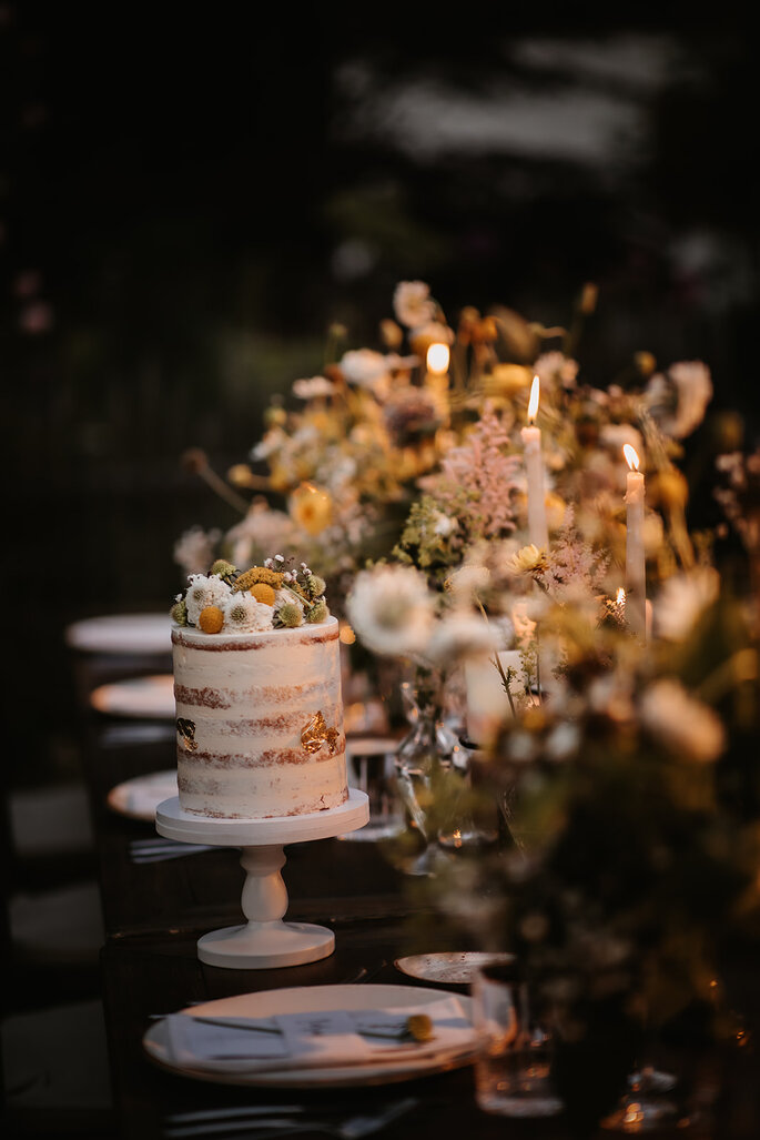 Hochzeitstrend Gartenhochzeit Tischdekoration Tafel im Garten centerpiece und Torte Naked Cake