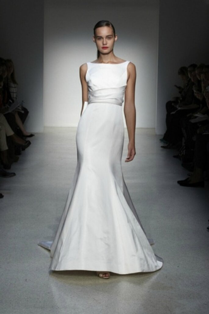Elegante vestido con corte sirena y cinturón irregular de varias capas. Foto: www.amsale.com