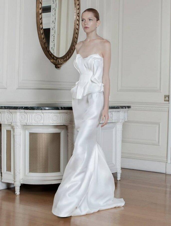 Vestido de novia con escote strapless, frunces y silueta peplum - Foto Sophia Kokosalaki