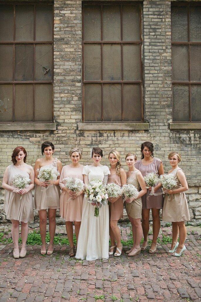 Las siluetas y colores deben seguir la temática de tu boda u el estilo de tus damas - Foto Erin Jean Photography