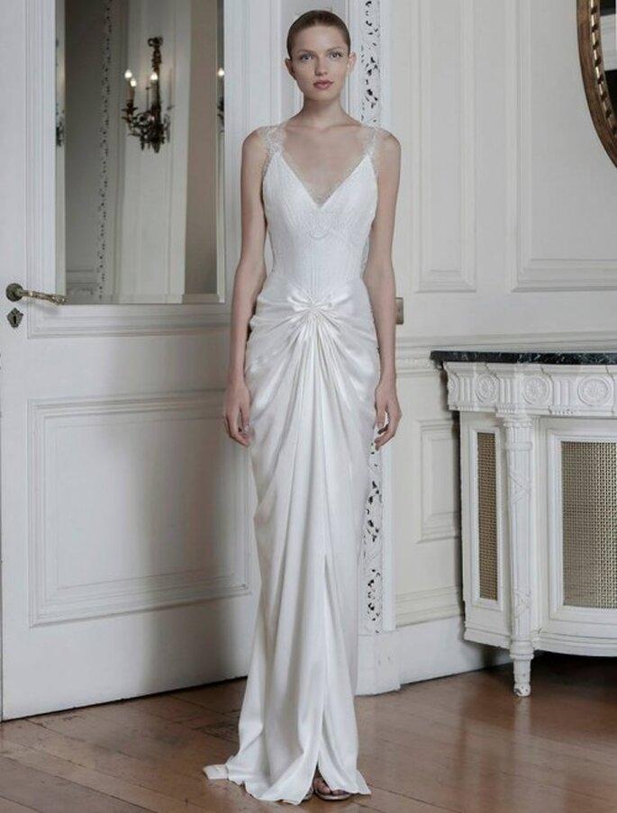 Vestido de novia con silueta ceñida, tirantes discretos y frunces en la cadera - Foto Sophia Kokosalaki