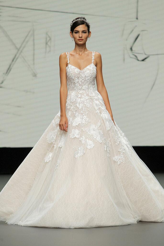 Barcelona Bridal Fashion Week St Patrick vestido de novia corte princesa con escote en corazón y tirantes, con decorado de encaje