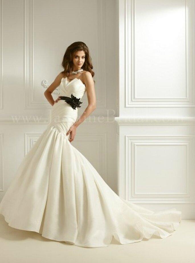 Romantisches Brautkleid von Jasmine Bridal aus der Kollektion 2012 mit schwarzem Gürtel. Modell: F462