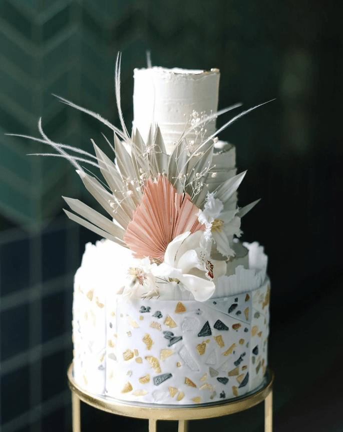 Hochzeitstorte, modern Boho, weiß mit getrockneter Palmendeko und im Terrazzo Stil, Mosaik