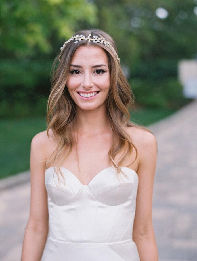 Peinado de novia pelo suelto con tocado princesa