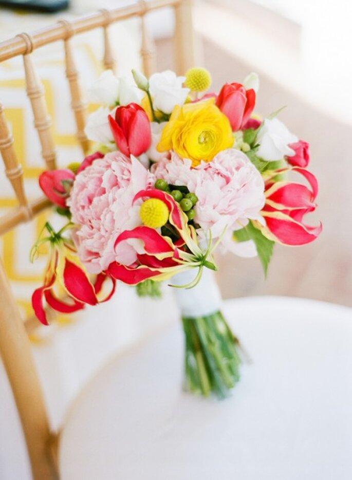 Ramos de novia 2014 con flores multicolor - Foto Katie Stoops